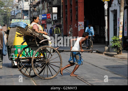 INDIA Westbengal, Kolkata, man-powered rickshaw / INDIEN, Westbengalen, Kolkata, handgezogene Rikscha, die Arbeit - Stock Photo