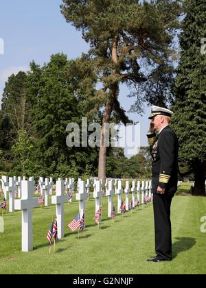 2016 American Memorial Service Brookwood Military Cemetery UK VADM James G. Foggo III Commander US 6th Fleet salutes - Stock Photo
