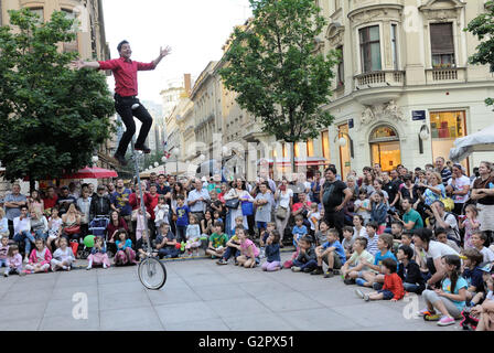Zagreb, Croatia. 2nd June, 2016. A street performer entertains audience during the 20th 'Cest is d'best' international - Stock Photo