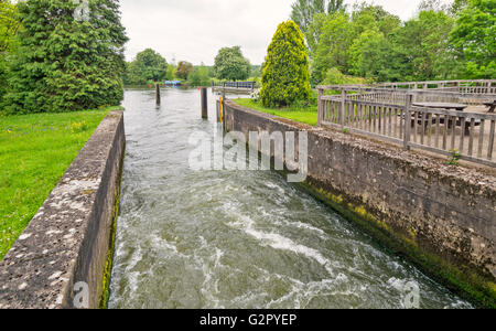 OXFORD CITY PART OF IFFLEY LOCK ON THE RIVER THAMES IN SPRINGTIME - Stock Photo