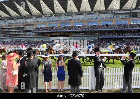 16.06.2015, Ascot , Berkshire, Grossbritannien - Smartly dressed people at the races. 00S150616D701CAROEX.JPG - - Stock Photo