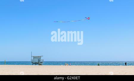Kite above lifeguard station on Manhattan Beach - Stock Photo