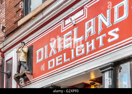 Statue of Elvis Presley on sign above Dixieland Delights gift and souvenir shop in downtown Nashville, Tennessee - Stock Photo