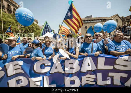 Barcelona, Catalonia, Spain. 5th June, 2016. Protestors against the Spanish River Basin Management Plan for the - Stock Photo