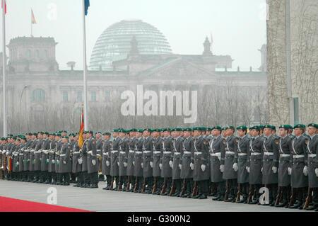 Wachbattaillon der Bundeswehr - Empfang mit militaerischen Ehren - Treffen der dt. Bundeskanzlerin mkit dem neuen - Stock Photo