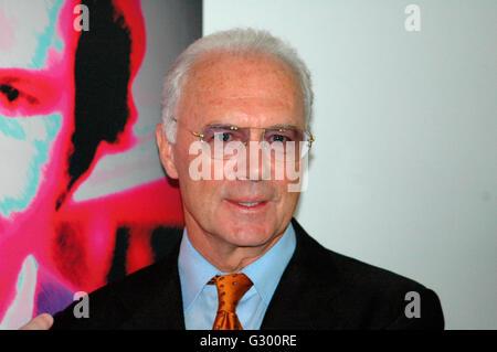 Franz Beckenbauer - Enthuellung eines Portraits des 'Kaisers' der schweizer Kuenstlerin Annelies Strba im Rahmen der Ausstellung