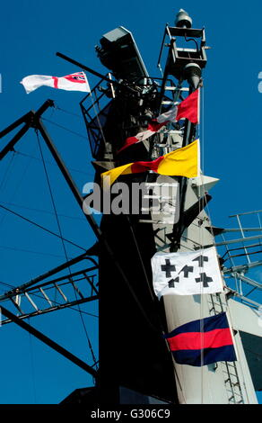 AJAX NEWS PHOTOS. PLYMOUTH, ENGLAND. FLAGS - SIGNALS - FLYING FROM THE MAINMAST OF ROYAL NAVY FRIGATE HMS KENT AS - Stock Photo