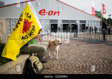Essen, Germany. 8th June, 2016. A nuclear energy opponent protests with his dog Kora before the start of the energy - Stock Photo