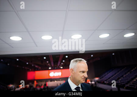 Essen, Germany. 8th June, 2016. Johannes Teyssen, CEO of energy comapny eon, talks to journalists at the company's - Stock Photo