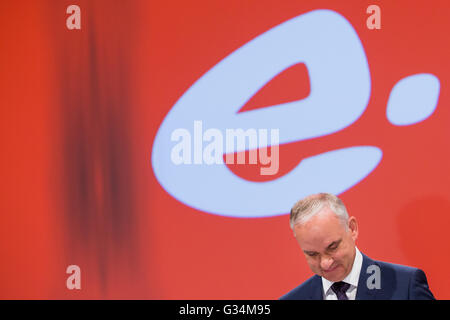 Essen, Germany. 8th June, 2016. Johannes Teyssen (r), CEO of energy company eon, looks down during the company's - Stock Photo