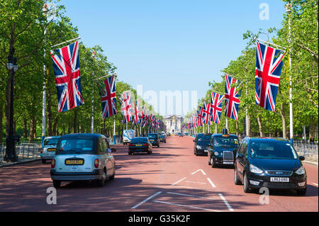 LONDON - JUNE 6, 2016: Traffic passes along the Mall, a thoroughfare connecting Buckingham Palace with Horse Guards - Stock Photo