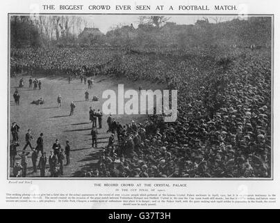 TOTTENHAM HOTSPUR Vs SHEFFIELD UNITED.  110,000 People watch the 1901  FA Cup Final.      Date: 1901 - Stock Photo