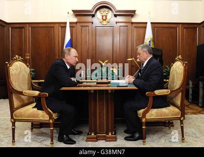 Moscow, Russia. 9th June, 2016. Russia's president Vladimir Putin (L) and Kaluga Region governor Anatoly Artamonov - Stock Photo