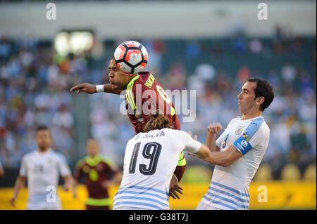 Philadelphia, Pennsylvania, USA. 9th June, 2016. SALMON RONDON (9) of Venezuela in action against Uruguay's GASTON - Stock Photo