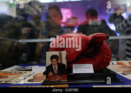 Quezon City, Arizona, USA. 3rd June, 2016. People look at a pair of boxing gloves signed by Muhammad Ali that he - Stock Photo