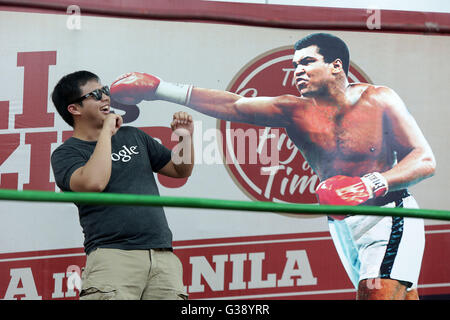 Quezon City, Arizona, USA. 3rd June, 2016. A man poses beside a life-size display of Muhammad Ali during an exhibit - Stock Photo