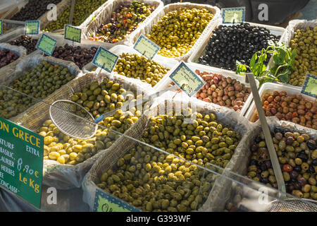 Outdoor market stall selling variety of olives, Lourmarin, Luberon, Vaucluse, Provence-Alpes-Côte d'Azur, France - Stock Photo