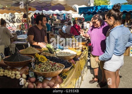 Outdoor market stall selling various olives, Lourmarin, Luberon, Vaucluse, Provence-Alpes-Côte d'Azur, France - Stock Photo