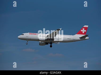 Approaching London Heathrow Swiss Air Airbus 320-214 (Allschweil) HB-JLP - Stock Photo