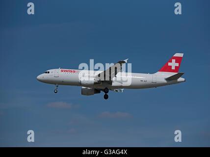 Approaching London Heathrow Swiss Air Airbus 320-214 (Allschweil) HB-JLP - Stock Photo