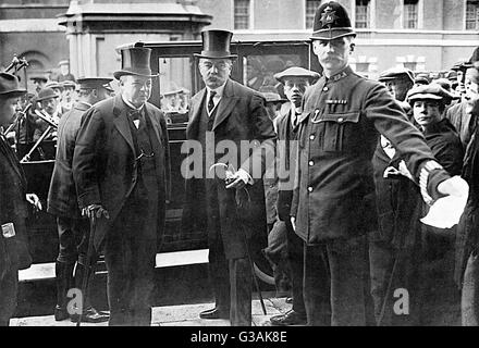 Mr Asquith's departure from precedent in calling Lord Kitchener, a soldier and member of the opposite party, to - Stock Photo