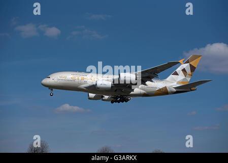 Arab Emirates Airbus 380-361 (Reg Serial A6-APB) approaching Heathrow airport. SCO 10,409 - Stock Photo