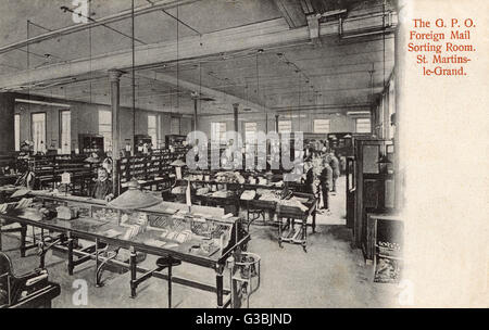 The General Post Office,   St Martin's-Le-Grand, London: Foreign Mail Sorting Room.  (1 of 2)      Date: 1904 - Stock Photo