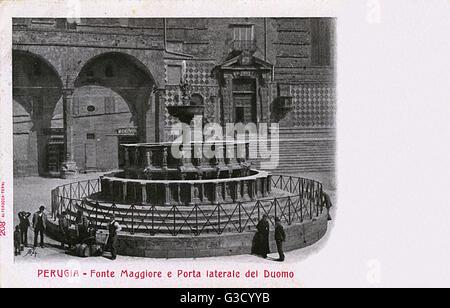 Perugia, Umbria, Italy - Fonte Maggiore (a marble fountain contruscted in 1277-1280 by Arnolfo di Cambio) and Gate - Stock Photo