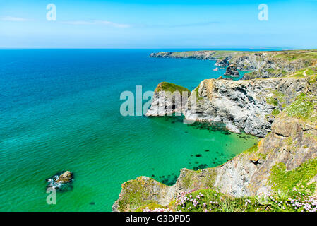 North Cornwall Coast. Pendarves Head and Island, with the Bedruthan Steps beach beyond.  Taken from Carnewas Point. - Stock Photo