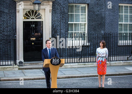 London, UK. 24th June, 2016. Prime Minister David Cameron, accompanied by his wife Samantha, announces his resignation - Stock Photo
