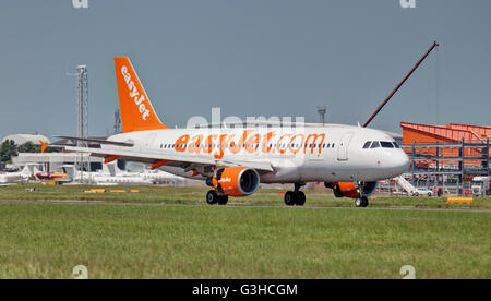 easyJet Airbus a320 G-EZUZ arriving at  London Luton Airport LTN. - Stock Photo