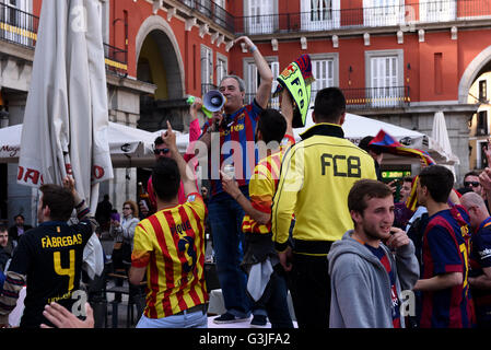 Madrid, Spain. 13th Apr, 2016. FC Barcelona supporters shout slogans in Madrid. © Jorge Sanz/Pacific Press/Alamy - Stock Photo