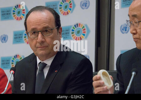 New York, United States. 22nd Apr, 2016. French President François Hollande speaks with the press. Following the - Stock Photo