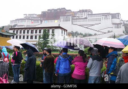 Lhasa, China's Tibet Autonomous Region. 13th June, 2016. Tourists wait in rain to enter the Potala Palace in Lhasa, - Stock Photo