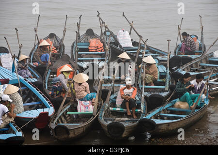 Fischermen in the harbour of Chau Doc, Mekong Delta, Vietnam, Southeast Asia - Stock Photo