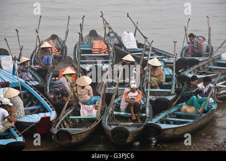 Fischermen in the harbour of Chau Doc, Mekong Delta, Vietnam, Southeast Asia - Stock Photo