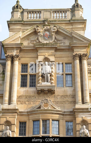 Statue of Cecil Rhodes on Oriel College Buliding , High Street, Oxford. Note: this image is not obscured by anti - Stock Photo