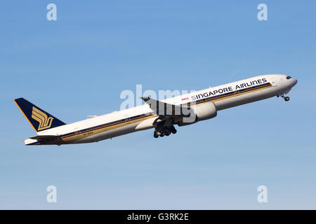 Singapore Airlines Boeing 777 take--off from Schiphol airport - Stock Photo
