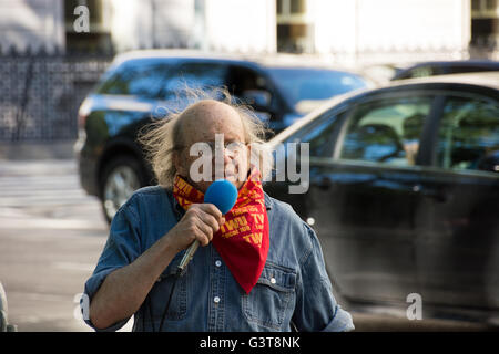 New York, USA. 14th June, 2016. Veteran activist Murray Goodman speaks at the rally of the need for global solidarity. - Stock Photo