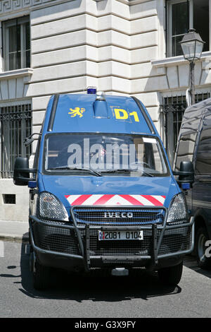 police car parked outside city of london bishopsgate police station stock photo royalty free. Black Bedroom Furniture Sets. Home Design Ideas