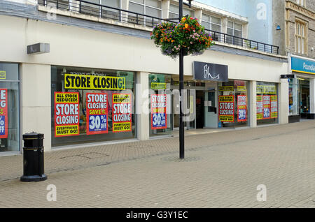 Weston-super-Mare, UK. 16th June, 2016. Closing down sale at the British Home Stores branch in the town's High Street. - Stock Photo