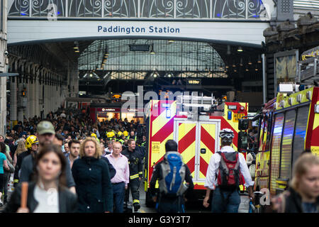 London, UK. 16th June, 2016. Fire services respond to 'Operating incident' outside Paddington Station. Train with - Stock Photo