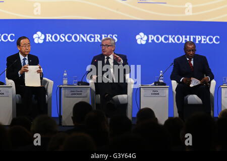 St. Petersburg, Russia. 16th June, 2016. President of the European Commission Jean-Claude Juncker (C) addresses - Stock Photo
