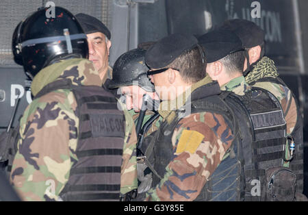 Buenos Aires, Argentina. 16th June, 2016. Argentine former Public Works Secretary Jose Lopez (C) is escorted to - Stock Photo