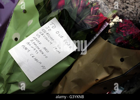A message left by Mary Creagh in Birstall, West Yorkshire, following the death of Labour MP Jo Cox, who died after - Stock Photo