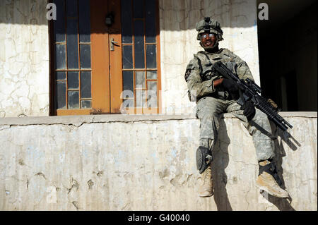 U.S. Army soldier visiting an Iraqi National Police combat outpost in Mosul, Iraq. - Stock Photo