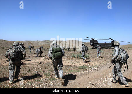 U.S. Army Soldiers run back to their Ch-47 Chinook helicopters in Bak, Khowst province, Afghanistan. - Stock Photo