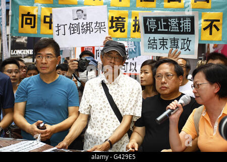 Hong Kong. 18th June, 2016.  Abuducted former bookseller of CAUSEWAY BAY BOOK STORE, Lam Wing-kee ( C ) marched - Stock Photo