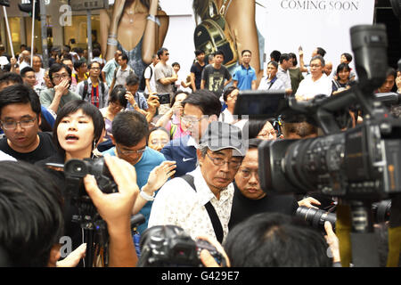 Abuducted former bookseller of the CAUSEWAY BAY BOOK SHOP, that sold banned books in China, being surrounded by - Stock Photo