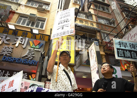 Hong Kong. 18th June, 2016.  Lam Wing-kee, an abuducted former bookseller of the CAUSEWAY BAY BOOK STORE, raise - Stock Photo
